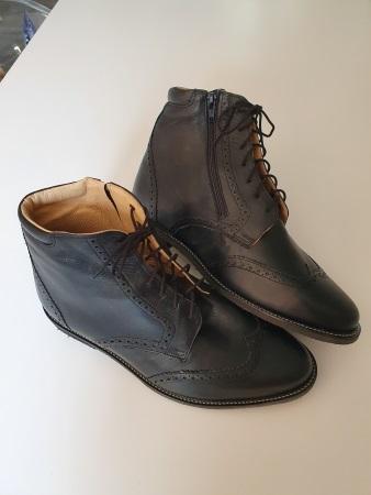 paire de chaussures orthopédiques homme réalisées par Confort Orthopédie pour inégalité de longueur de la jambe droite
