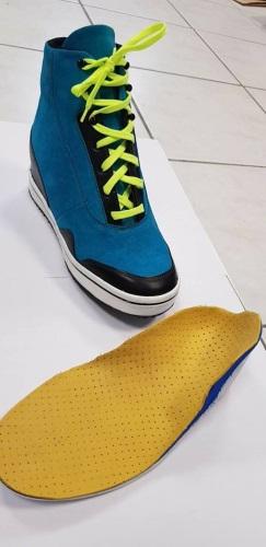 Réalisation Confort orthopédie d'une paire de chaussures orthopédiques sur mesure imitation Jordan destinée à un enfant paraplégique, avec varus équin bilatéral