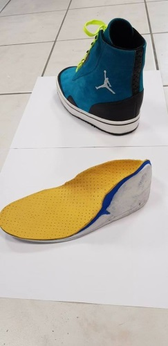 Réalisation Confort orthopédie d'une paire de chaussures orthopédiques sur mesure imitation Jordan destinée à un enfant paraplégique